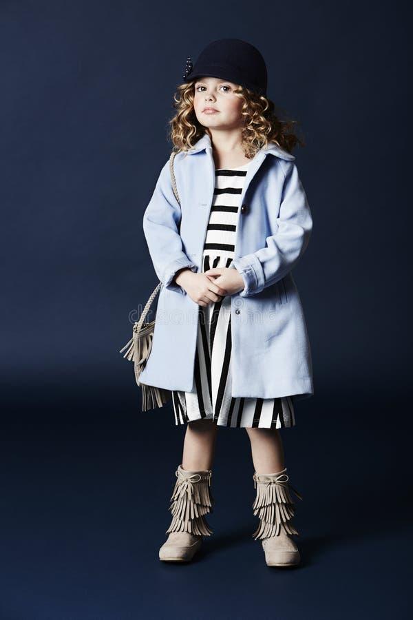 Trendig flicka i blåttlag royaltyfria foton