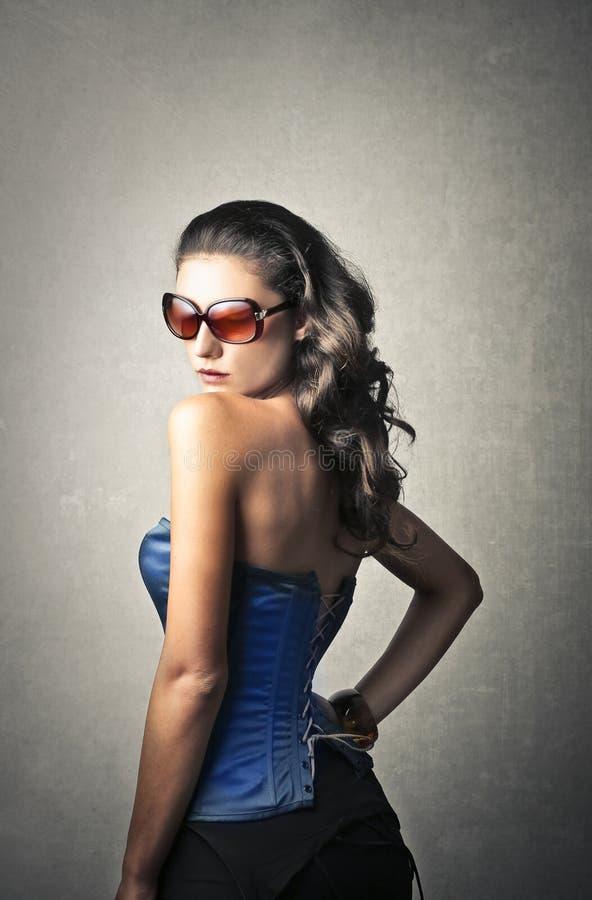 Trendig flicka i trendig kläder arkivfoton