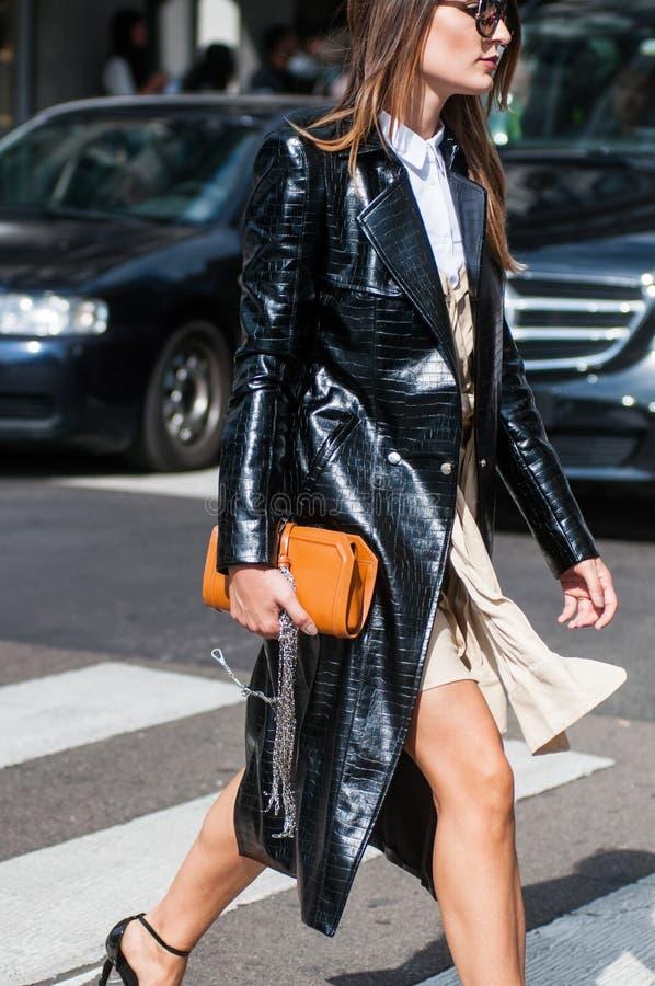 Trendig flicka på den Milano modeveckan royaltyfri foto