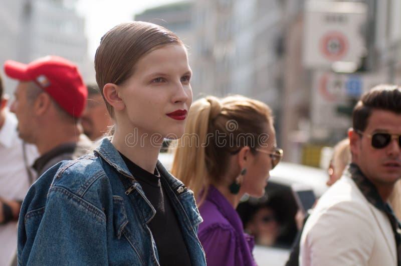 Trendig flicka på den Milano modeveckan fotografering för bildbyråer