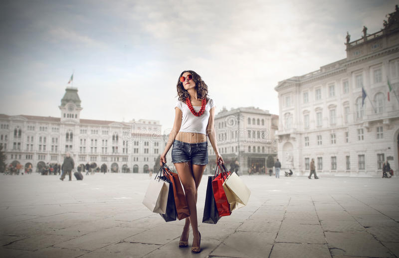 Trendig flicka som gör shopping royaltyfri foto