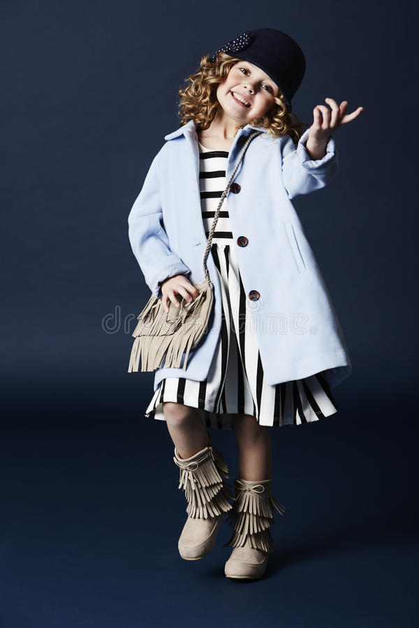 Trendig flicka som ler i blåttlag royaltyfria foton