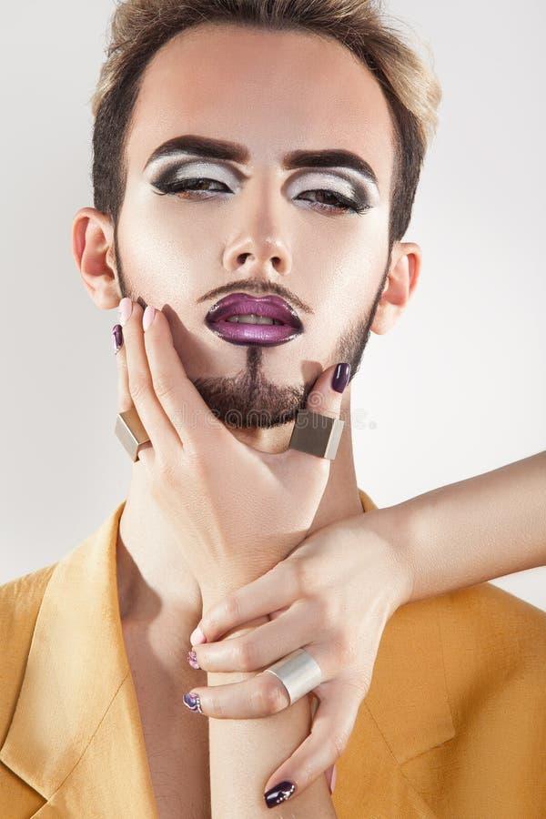 Trendig glad modell med skägget och magentafärgad makeup royaltyfri fotografi