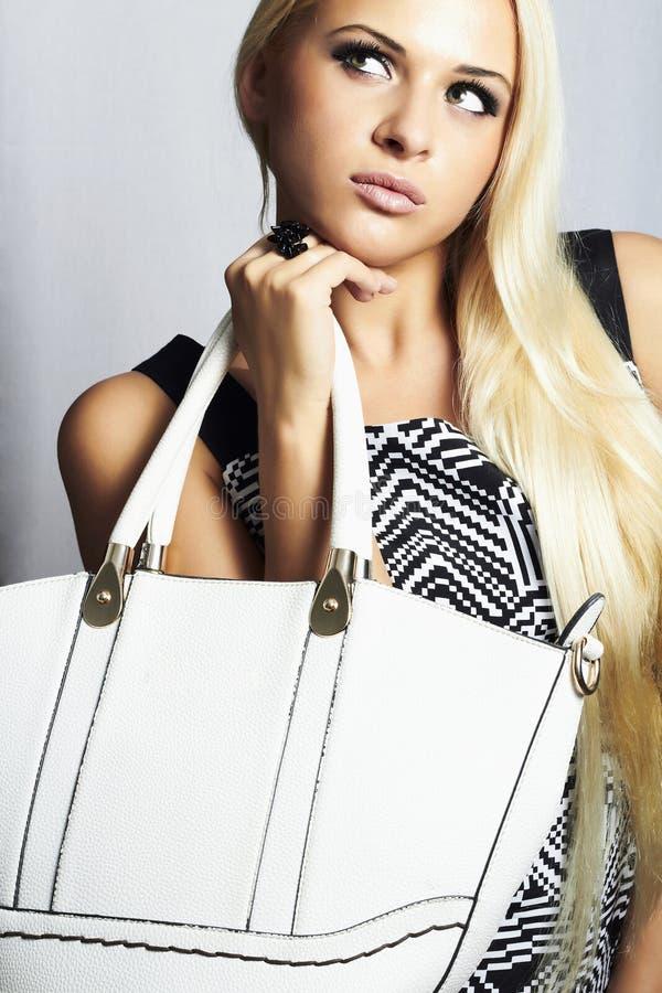 Trendig härlig blond kvinna med med handväskan. shoppa arkivfoton