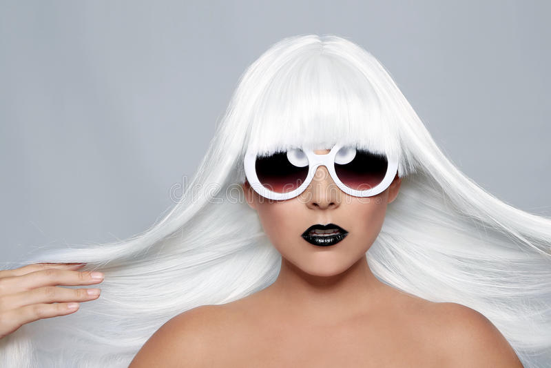 Trendig härlig kvinna som bär en utformad perukCloseup royaltyfri foto