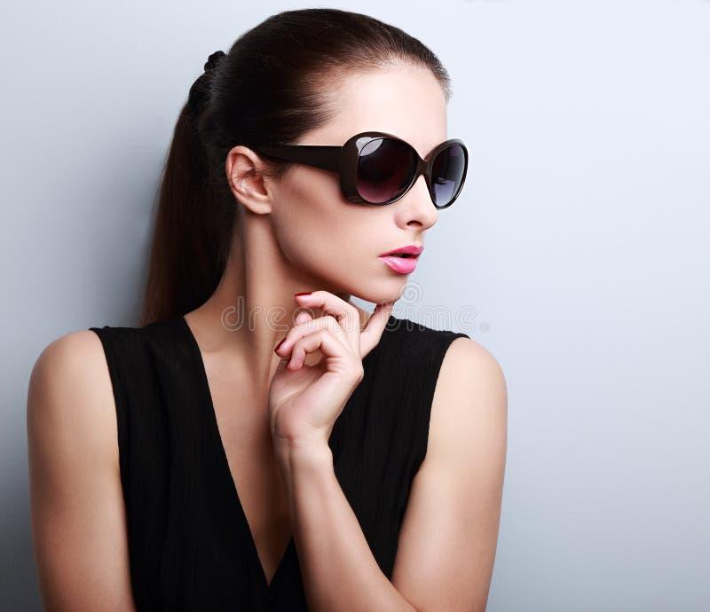 Trendig härlig ung kvinnlig modellprofil i solexponeringsglas arkivbild