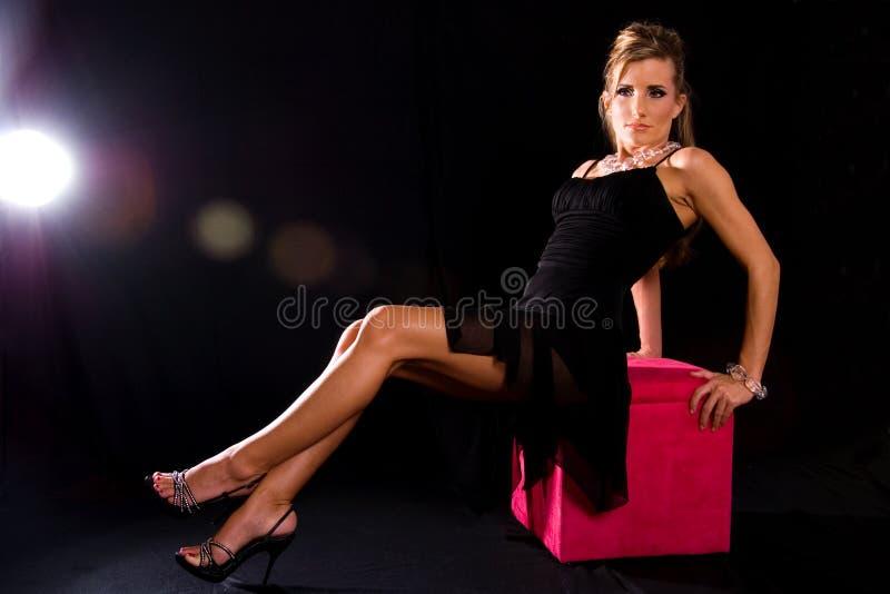 trendig kvinna fotografering för bildbyråer