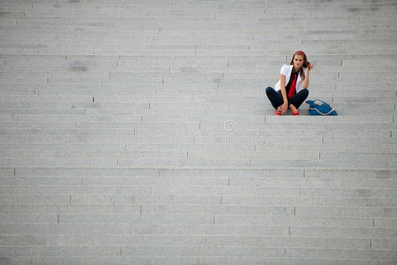 Trendig kvinna för bloggstil på att posera för trappa arkivfoto