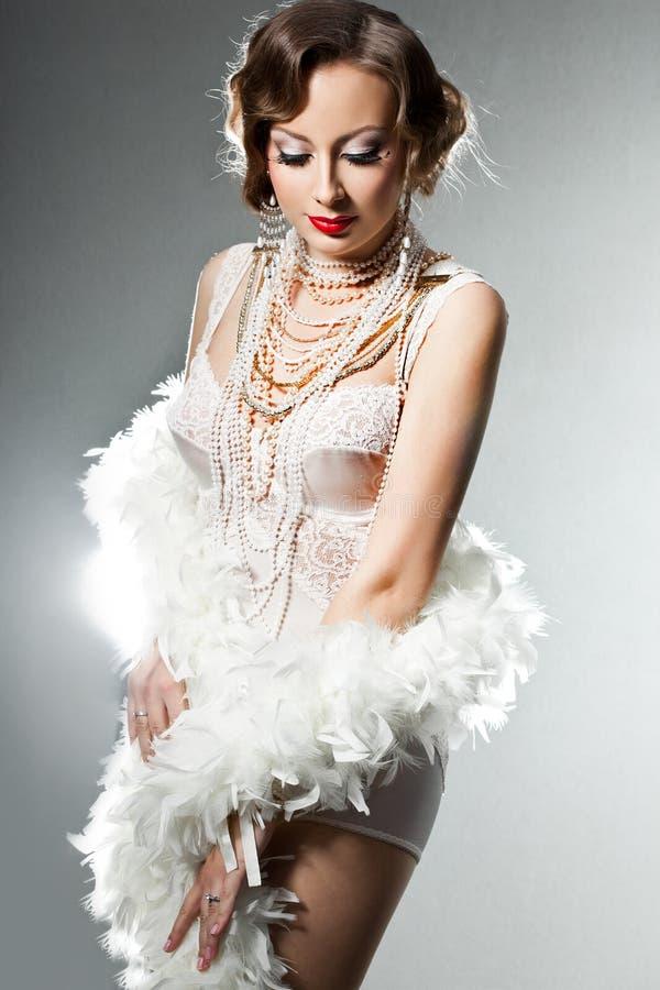 Trendig kvinna med konstanlete fotografering för bildbyråer