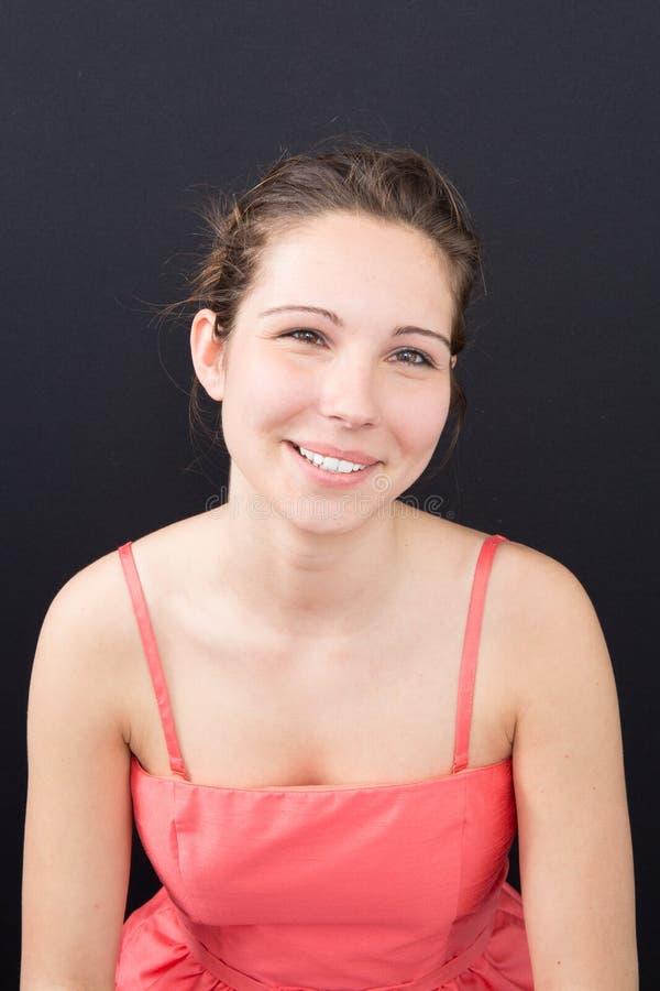 Trendig kvinna med perfekt leende på svart arkivfoto
