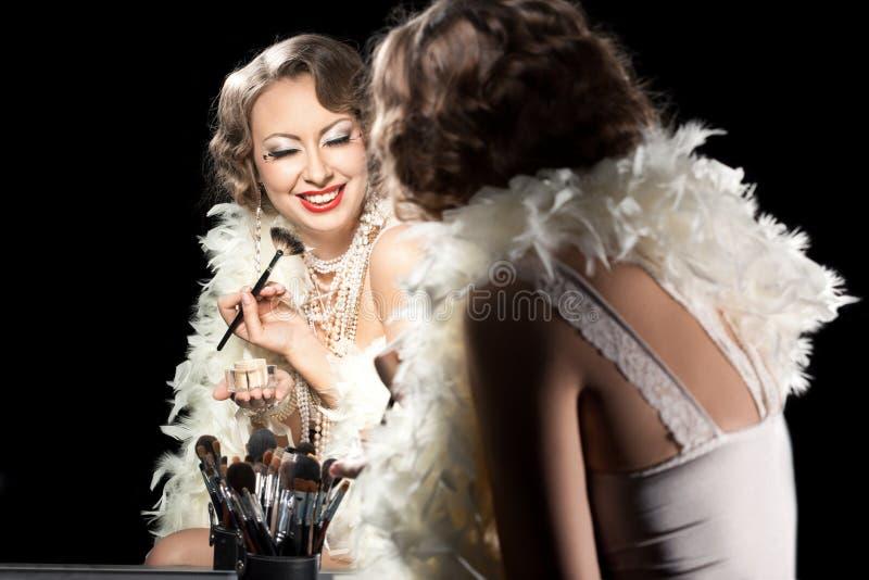 Trendig kvinna med sminkborsten arkivbild