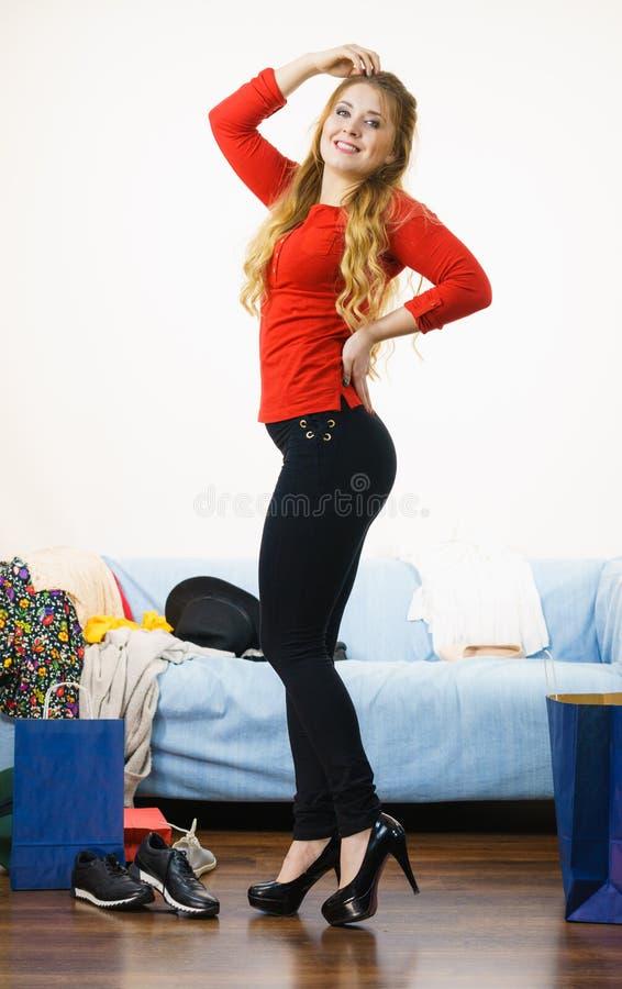 Trendig kvinna som inomhus bär höga häl arkivfoto