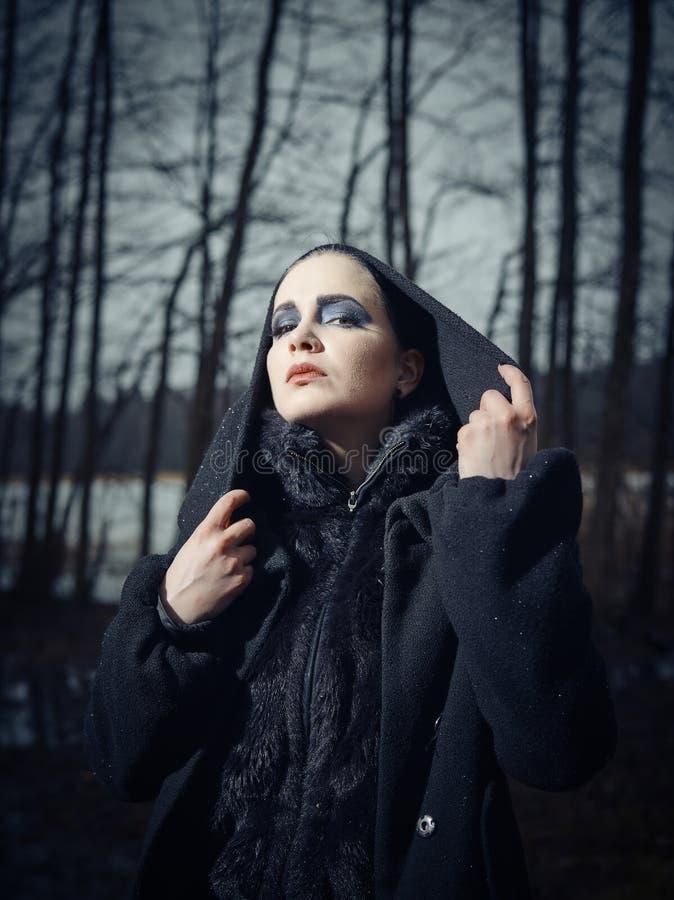 Trendig kvinna, utomhus- posera i mars royaltyfri foto
