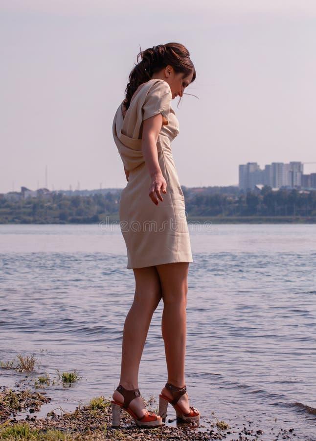 Trendig kvinna vid havet arkivfoto