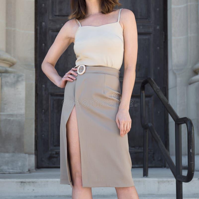 Trendig kvinnlig tillfällig dräkt för sommarvåraffär med kjolen och blusen för grå färgsjaltulpan arkivbilder
