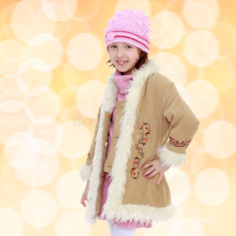 Trendig liten flicka i ett pälslag royaltyfri foto
