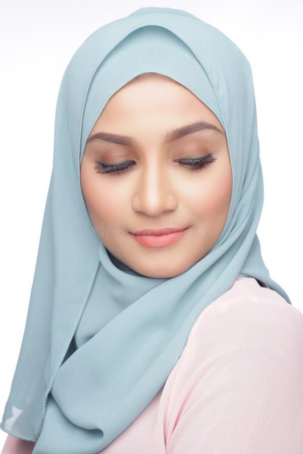 Trendig muslimahkvinna royaltyfri foto