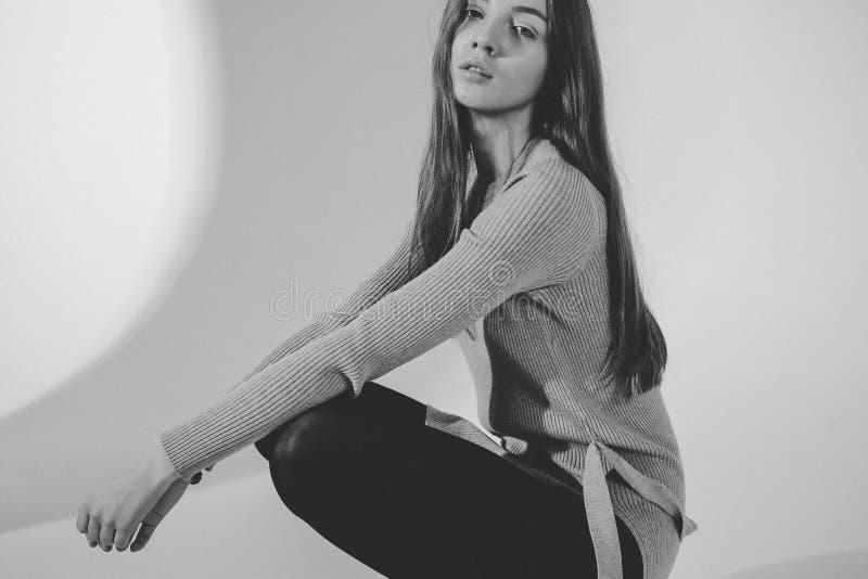 Trendig stående av den unga attraktiva kvinnan royaltyfria foton