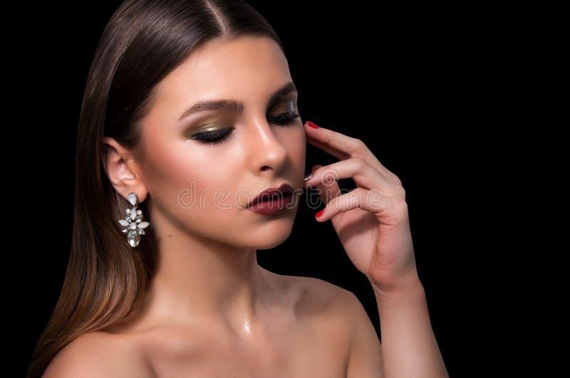 Trendig stående av en flickamodell Mode tillbehör, våt effektmakeup för afton arkivbild