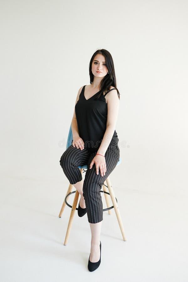 Trendig stående av vit bakgrund för härlig ung affärswomanon med kopieringsutrymme royaltyfri foto