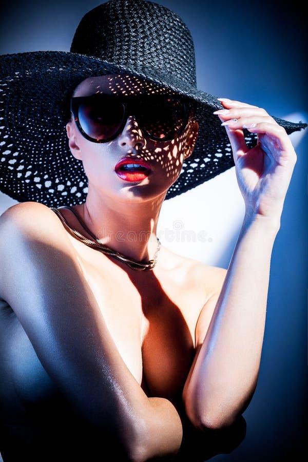 trendig ståendekvinna royaltyfri fotografi