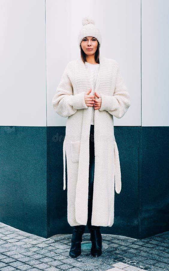 Trendig stilfull flicka i det vita locket och rät maskalaget Utomhus livsstil royaltyfria bilder