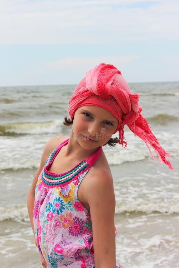 Trendig tonårig flicka på stranden arkivfoto