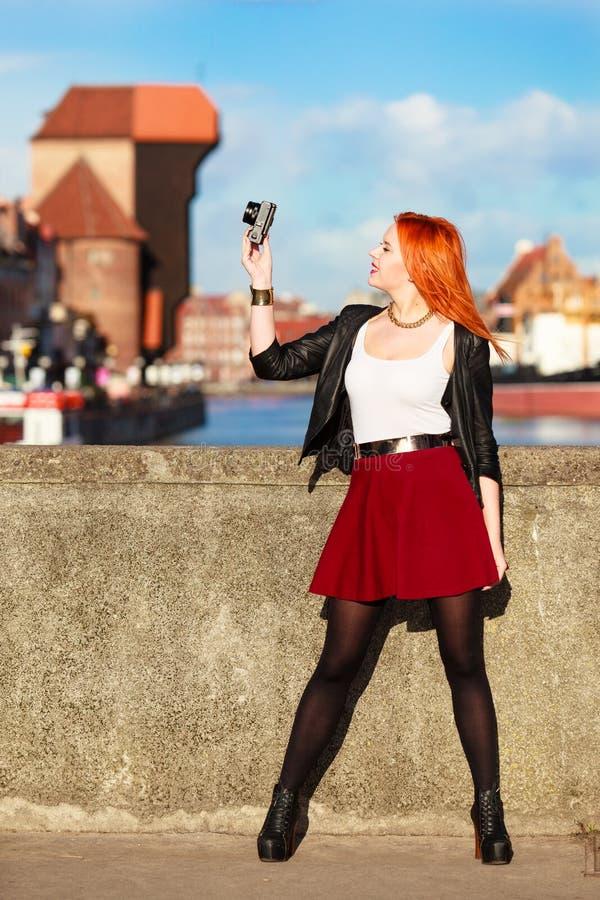Trendig turist- flicka som tar bilden med den gamla staden Gdansk för kamera arkivbild