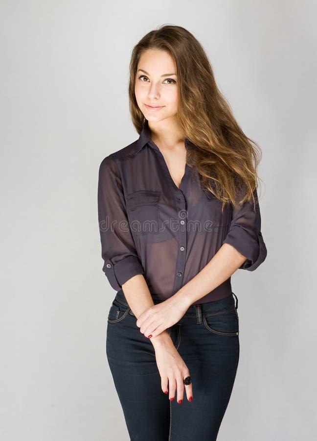 Trendig ung brunett. royaltyfria foton