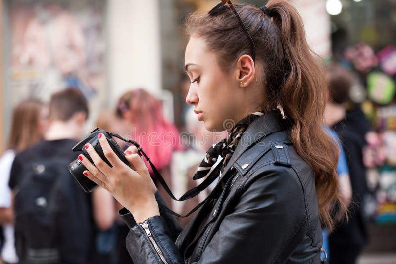 Trendig ung fotograf fotografering för bildbyråer