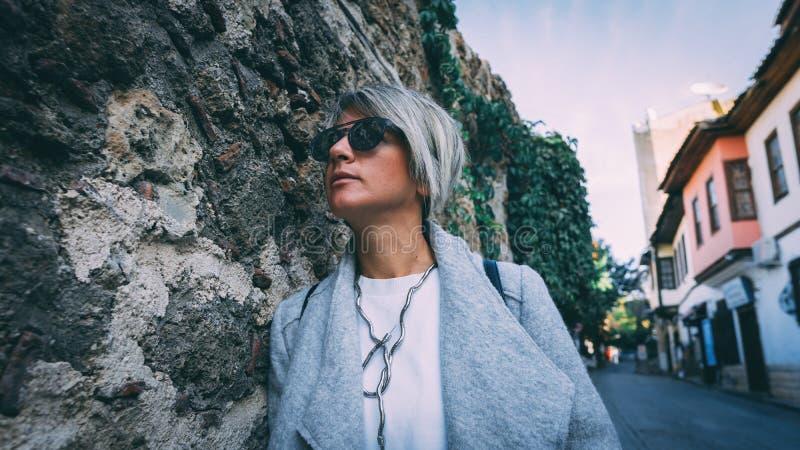 Trendig ung kvinna i gatorna av Antalya royaltyfri bild