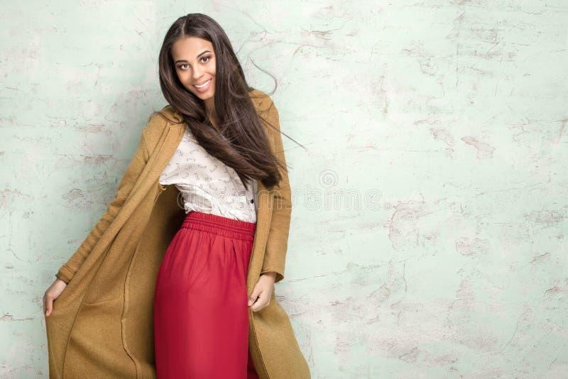 Trendig ung kvinna i studio royaltyfria bilder