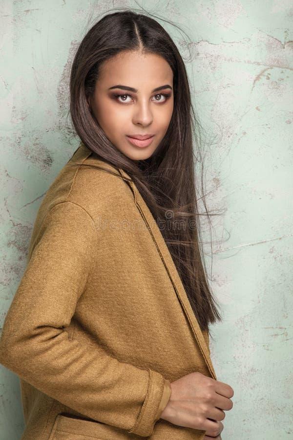Trendig ung kvinna i studio fotografering för bildbyråer