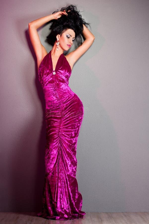 trendig violett kvinna för klänning royaltyfria foton