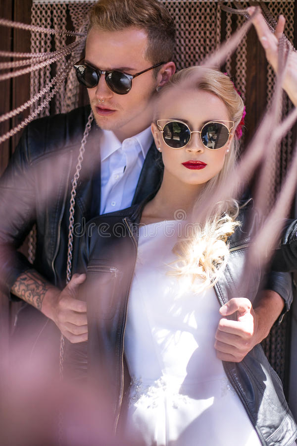 Trendiga brölloppar bröllop för brudgum för brudceremonikyrka utomhus- stående royaltyfria bilder