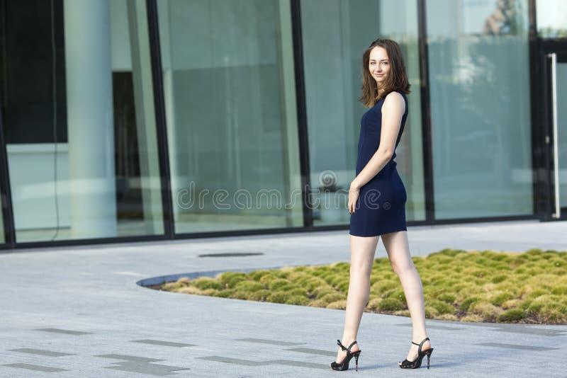 Trendigt anseende för ung kvinna nära affärsmitten arkivfoton