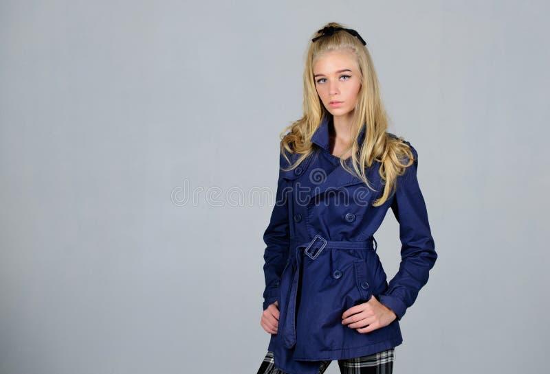 Trendigt lag Blont h?r f?r kvinnamakeupframsida som poserar laget med kragen Kl?der och tillbeh?r Kl?der f?r flickamodemodell royaltyfri fotografi