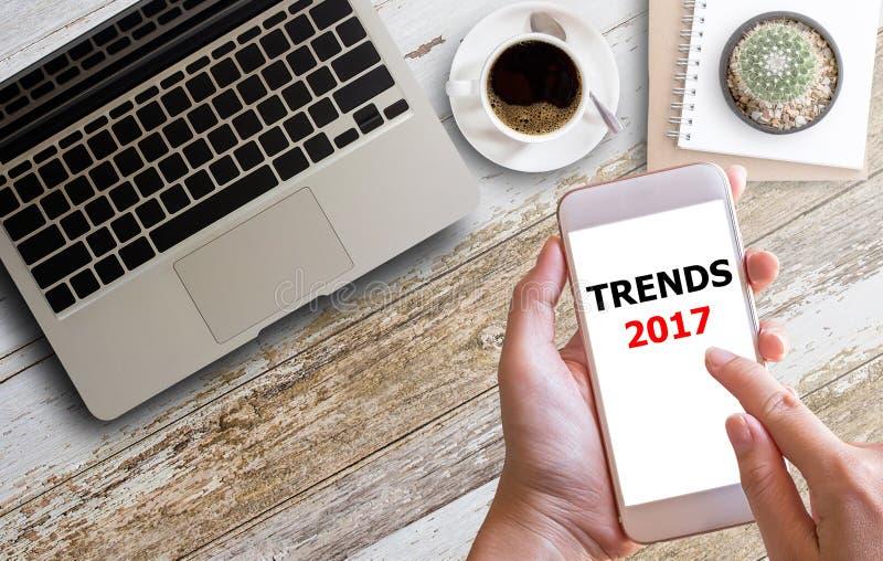 TRENDU biznesmena pracy ręki 2017 ciężki dotyk obraz stock