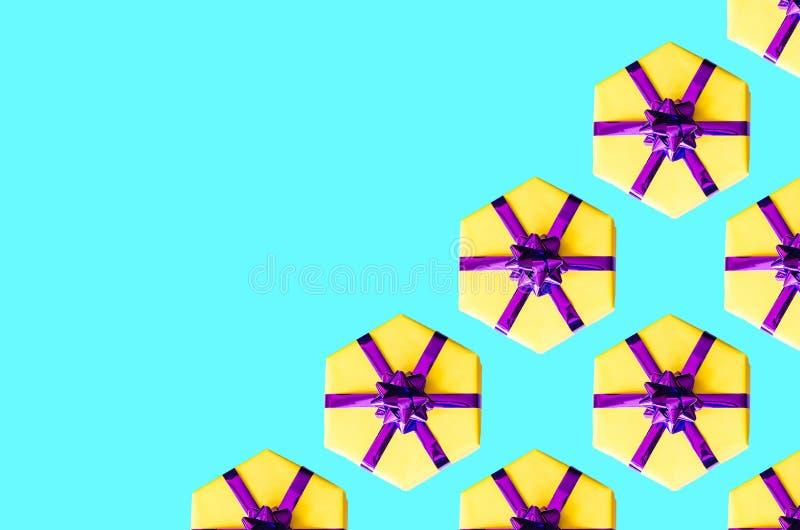 Trendy μοτίβο με κίτρινα κουτιά δώρων σε τυρκουάζ φόντο στοκ φωτογραφία με δικαίωμα ελεύθερης χρήσης