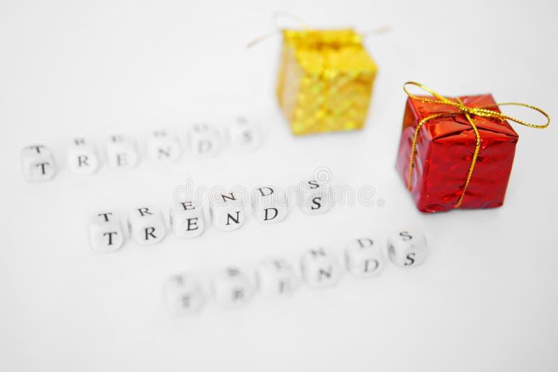 Trendy dla prezentów krewni Listy na białej powierzchni obraz royalty free