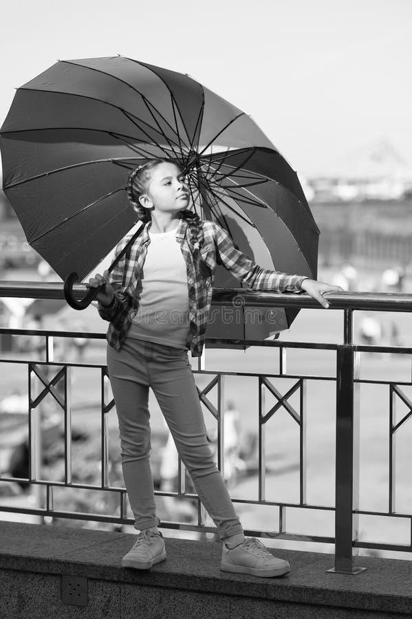 Trendy Färgbeständigt tillbehör Barn med ett underbart långt hår som går med paraply Positivt och optimistiskt koncept arkivfoton