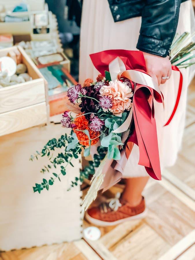 Trendy jonge vrouw met moderne bloemen bouquet stock foto's