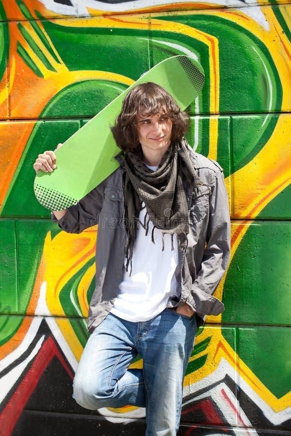 Trendy jongen met skateboard royalty-vrije stock afbeeldingen