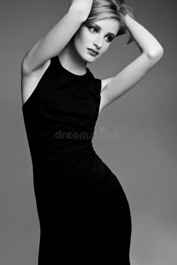 Trendy meisje van Beautyful in zwarte kleren royalty-vrije stock foto's