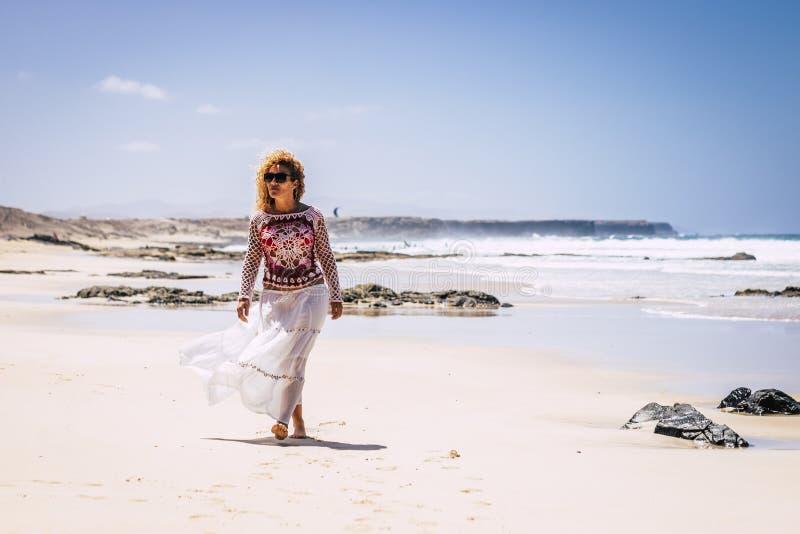 Trendy und Modefrau am weißen Sandstrand tropischer Vegetation - Konzept der Reise und Sommerferien - Menschen, die die Natur gen lizenzfreie stockfotos