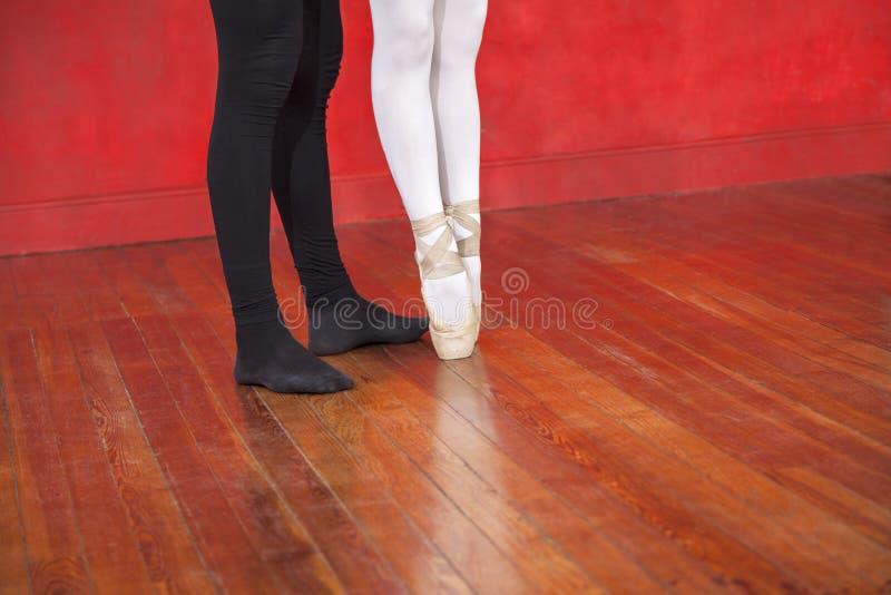 Trener I balerina Na twarde drzewo podłoga fotografia stock