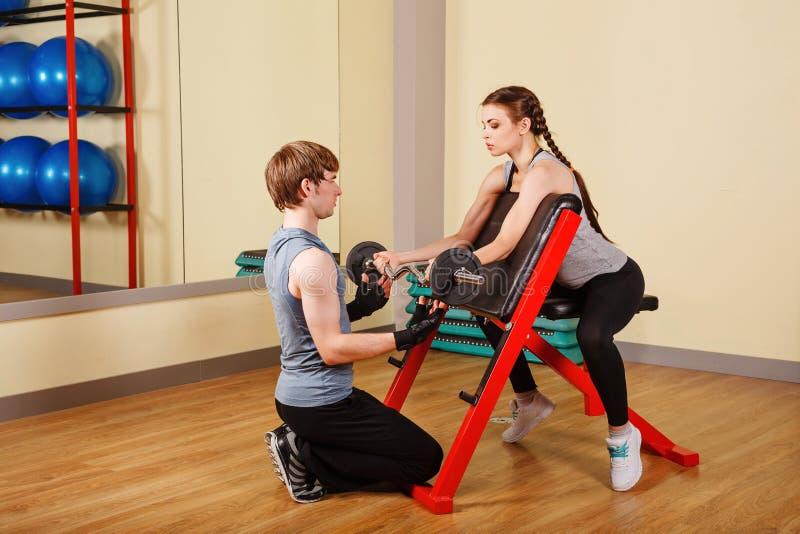 Trener i dziewczyna trenujemy z barbell obraz stock