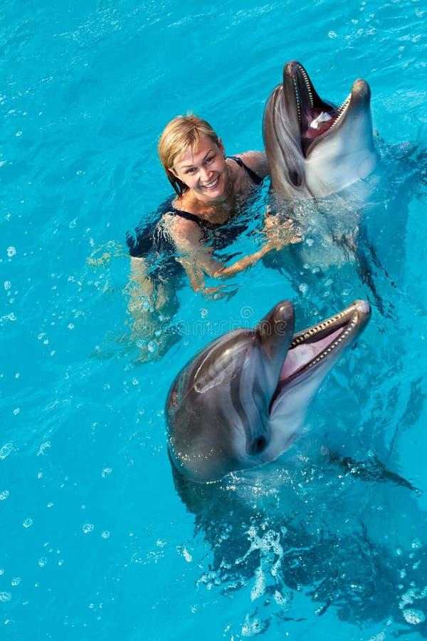Trener p?ywa w wodzie z delfinami fotografia royalty free
