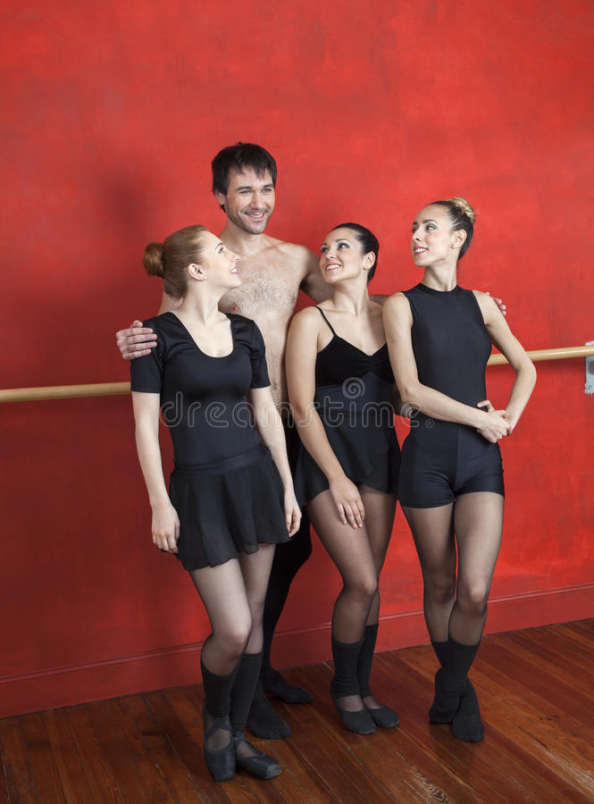 Trener pozyci ręki Wokoło Baletniczych tancerzy zdjęcia stock