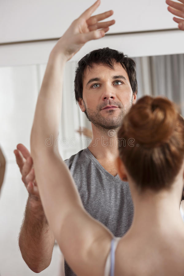 Trenera nauczania balet Żeński tancerz W studiu zdjęcie stock